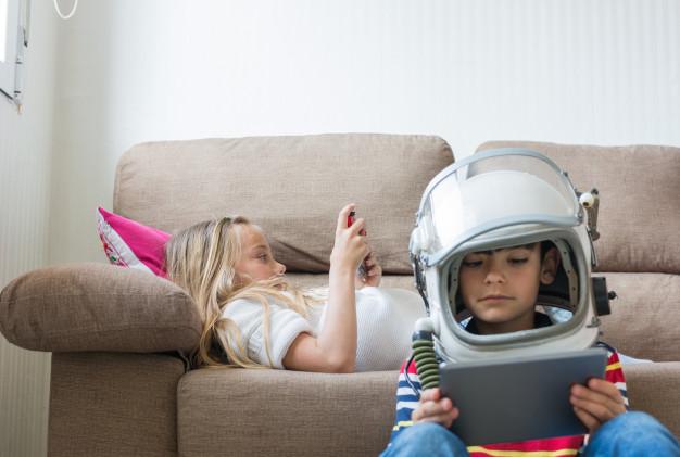 Niños jugando con sus dispositivos móviles